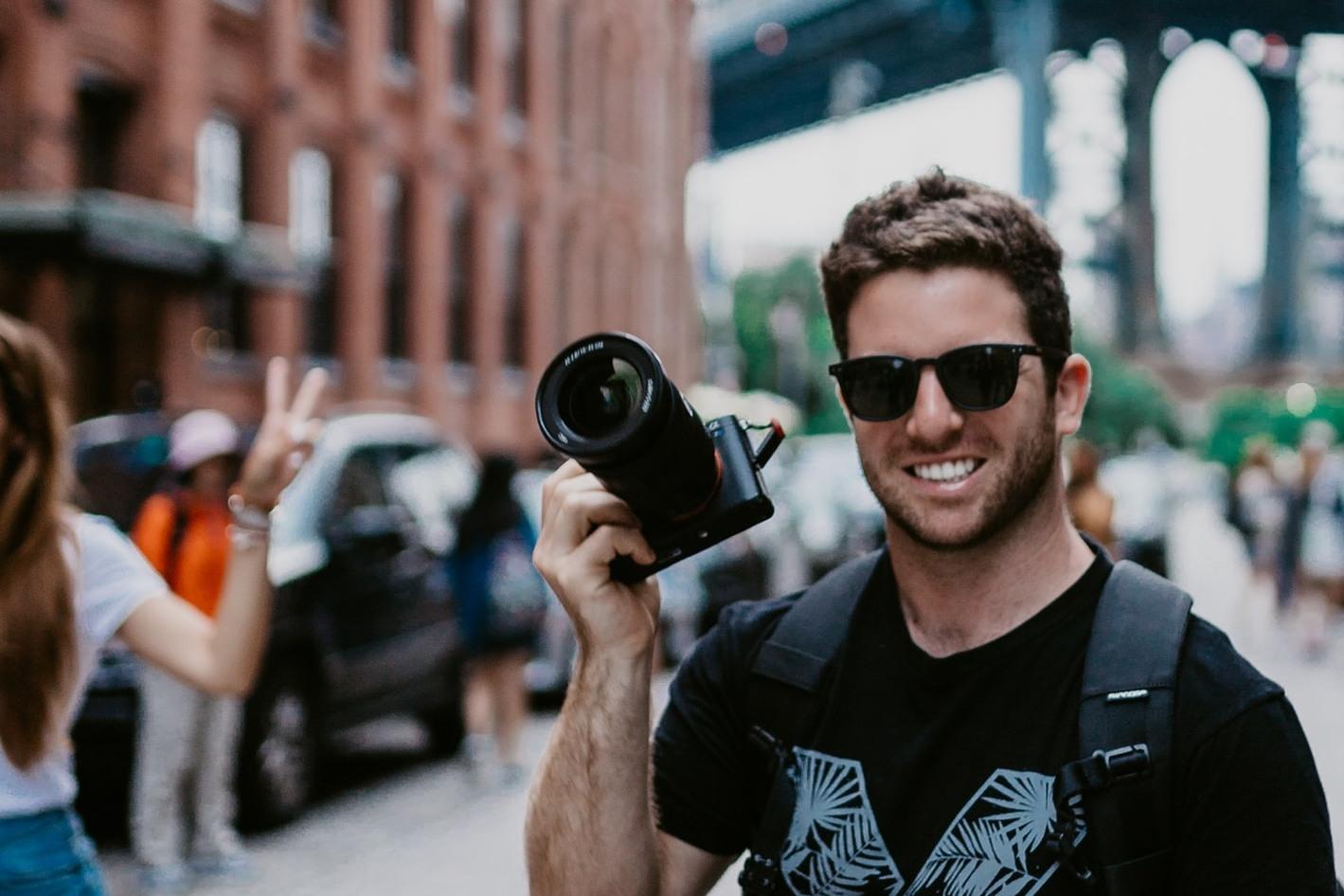 chico tomando fotos amateur