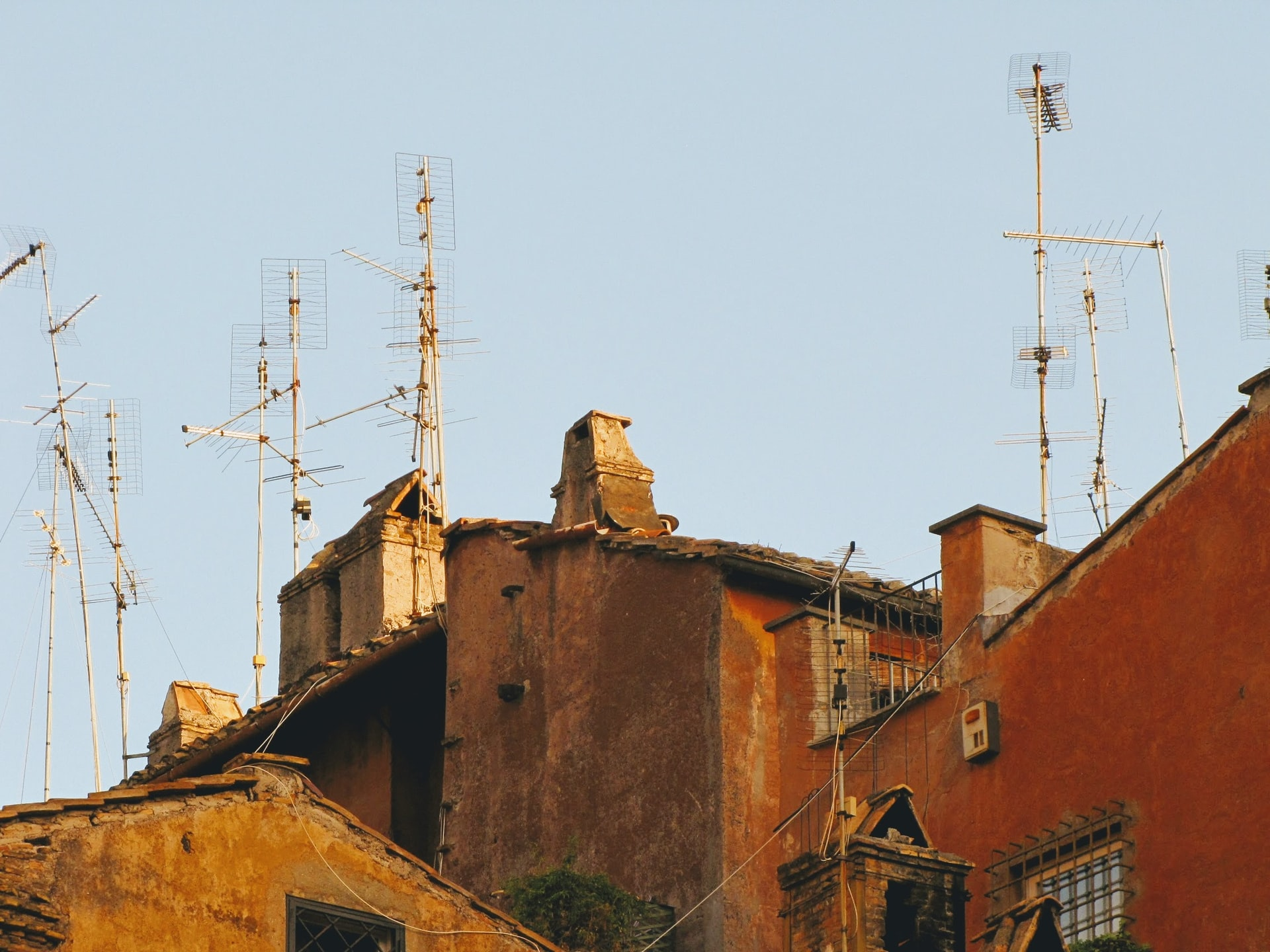 casas rusticas con antenas de tv