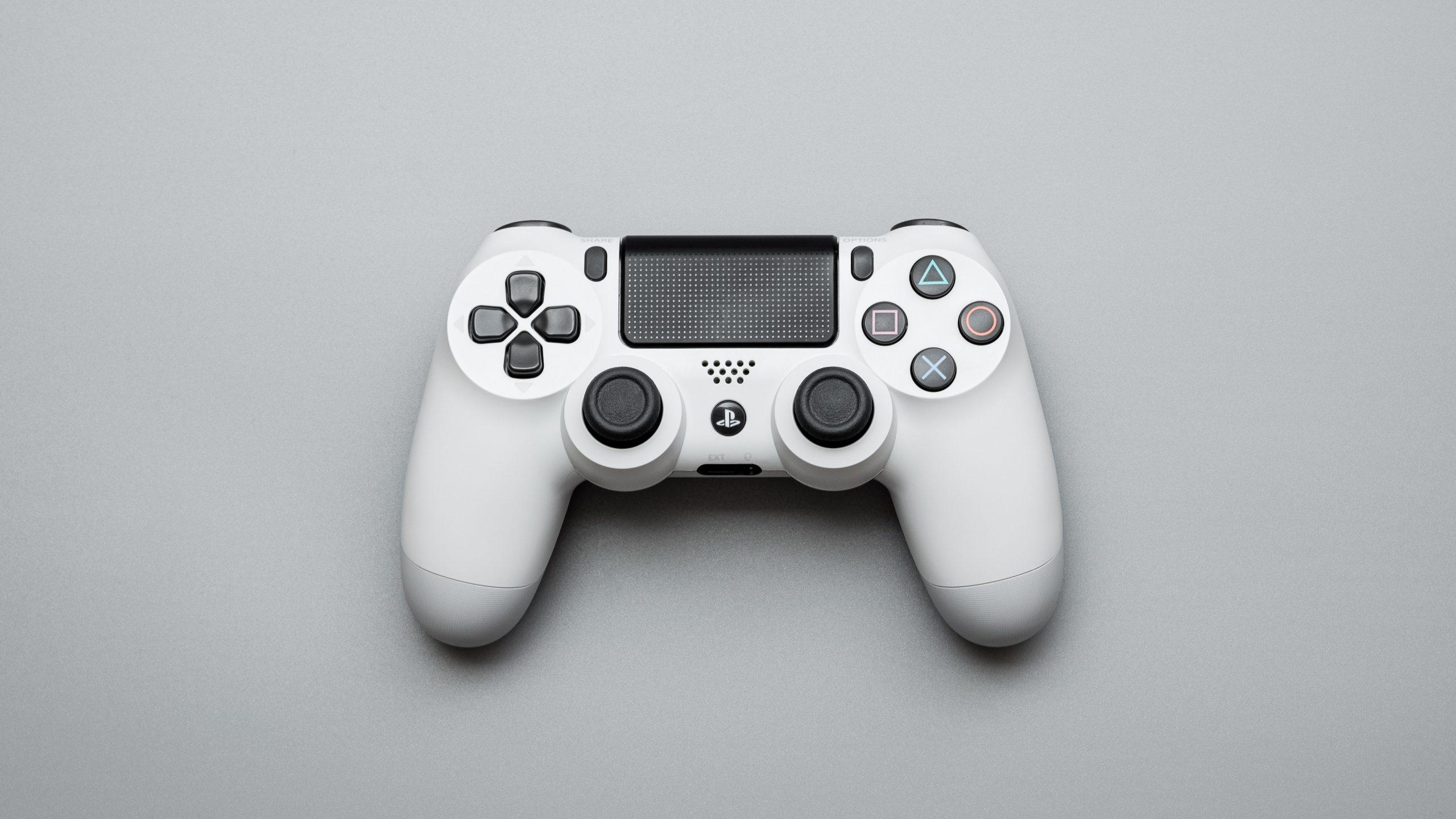 Joystick blanco sobre fondo gris