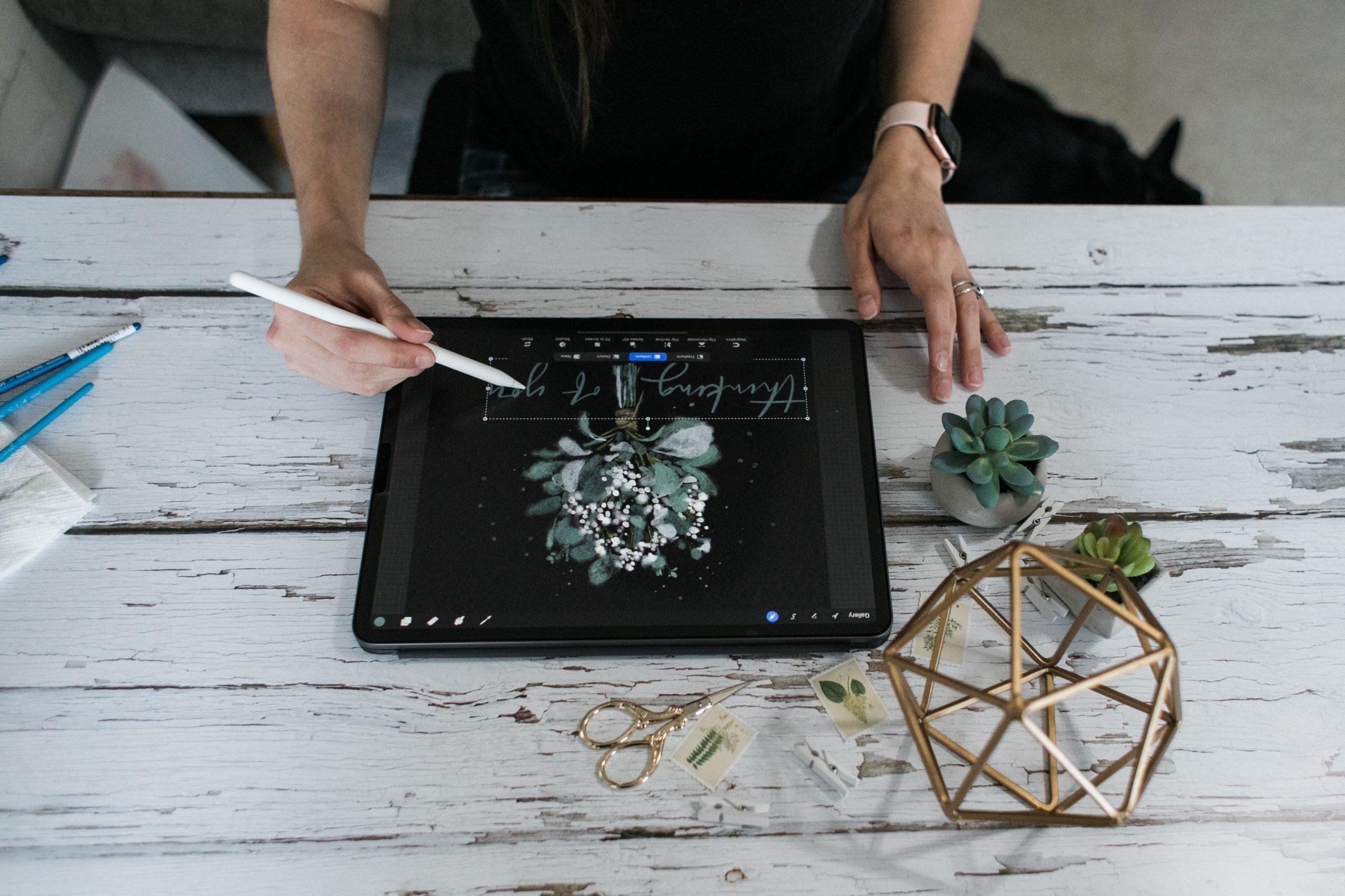 Persona ilustrando en tablet
