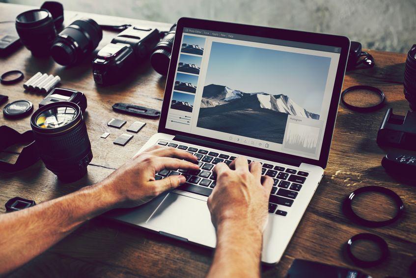 fotógrafo editando