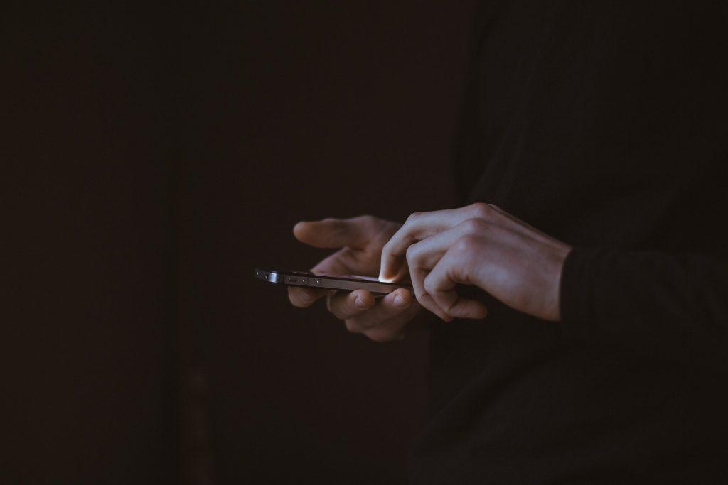 chico escribiendo con celular