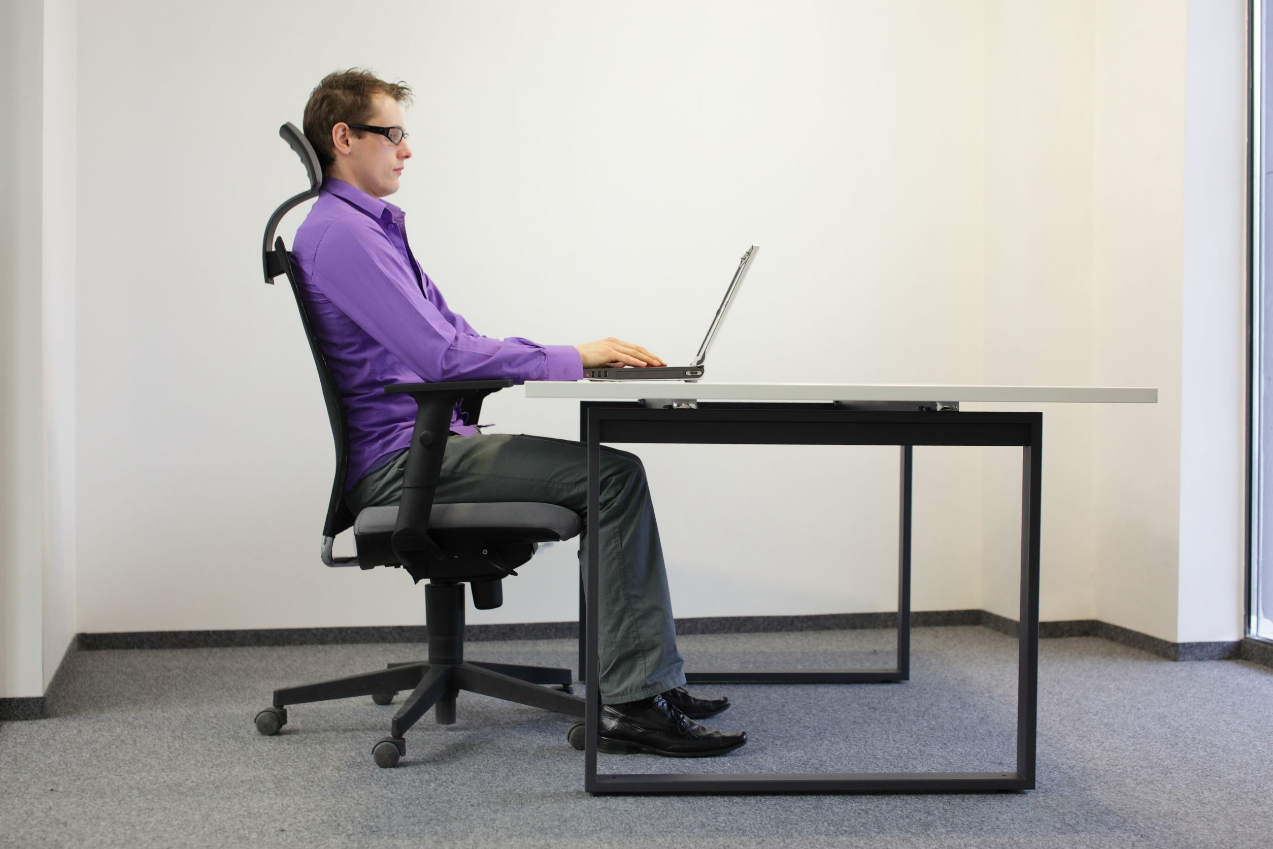 Corregir la posición de sentado a de estación de trabajo