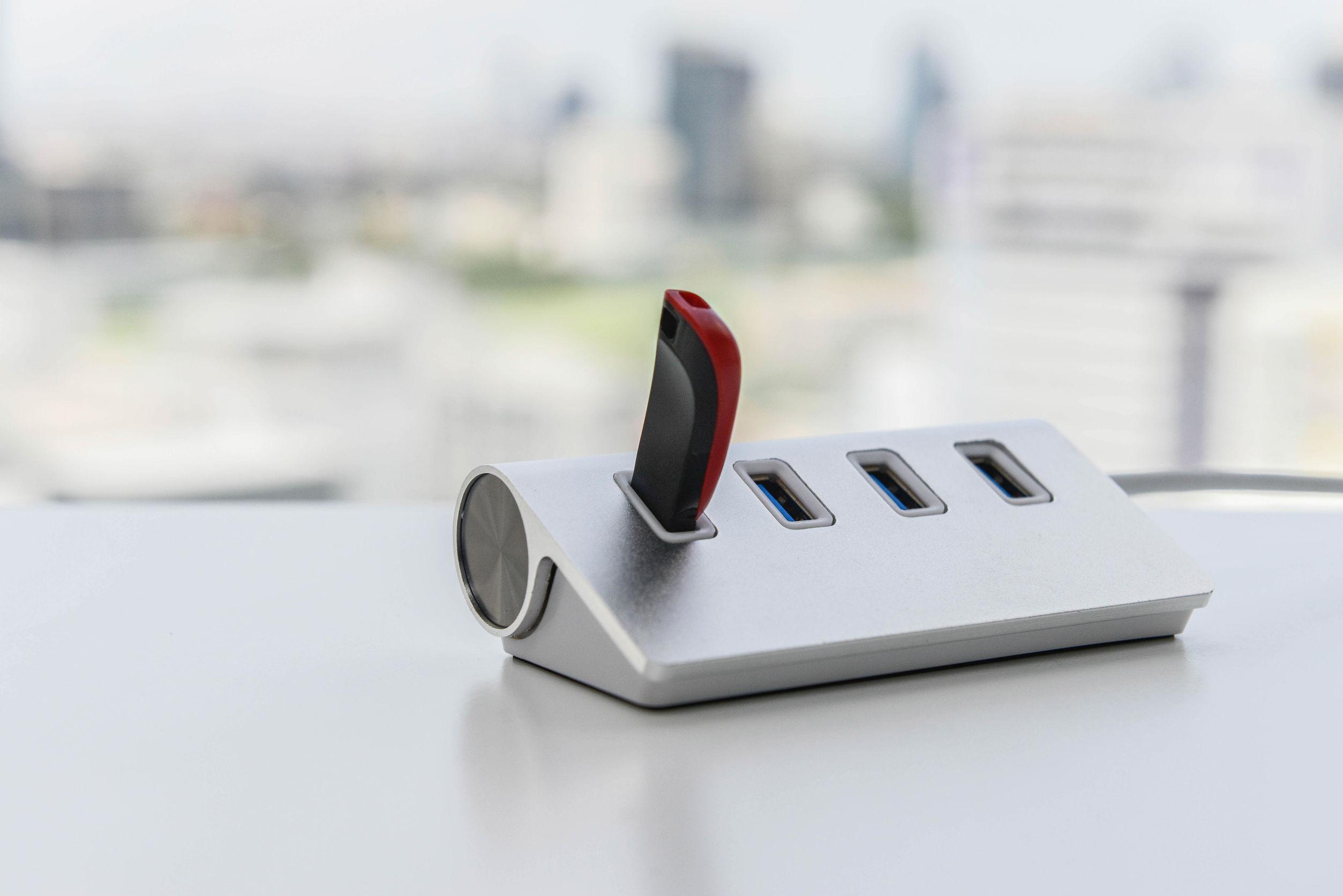 La unidad USB conectanda al concentrador USB
