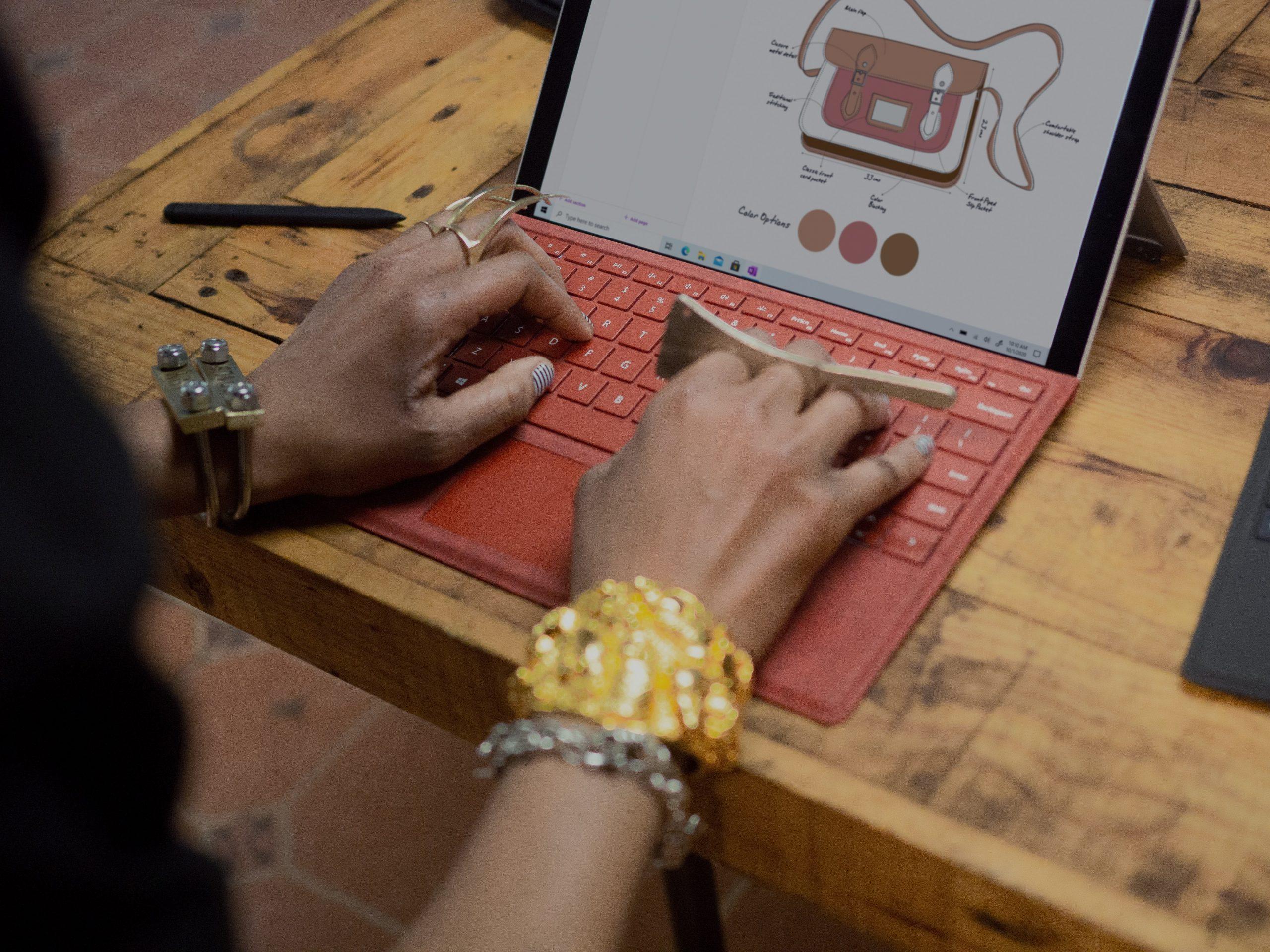Persona usando teclado en tablet