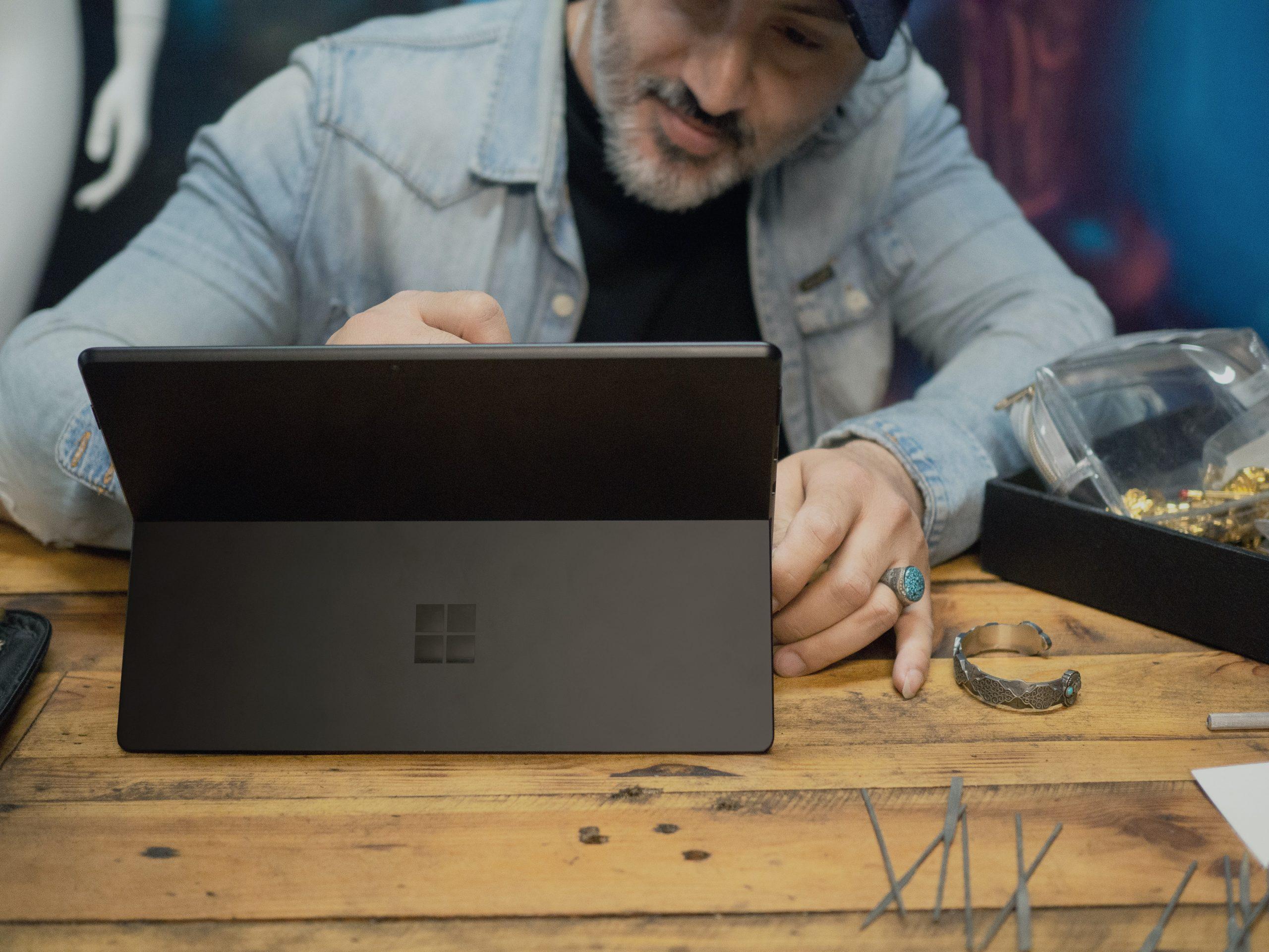 Persona sentada usando una tablet con teclado