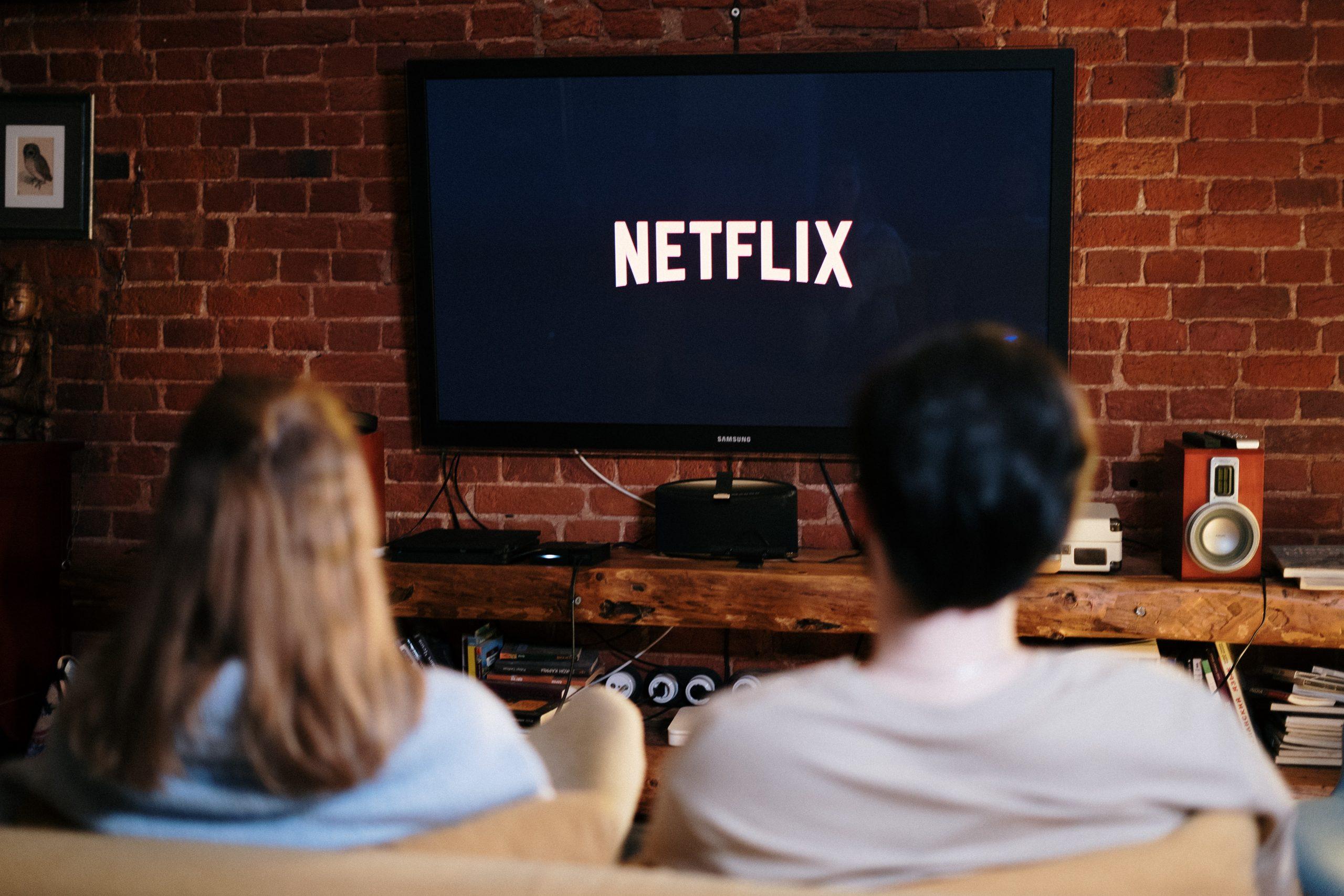 Pareja viendo Netflix en Smart TV
