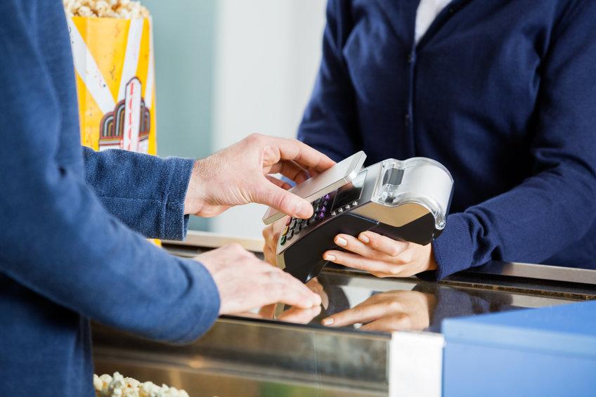 Persona pagando con un lector de tarjeta